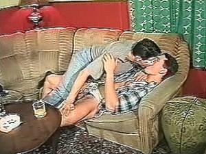 Ervaren homo neukt buurjongen in zijn strakke kontje