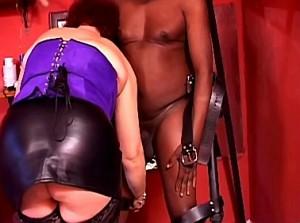 Zwarte slaaf vernederd door zijn godin