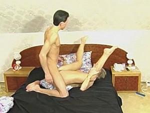 Sexy zeer rijpe rijpe vrouw laat zich door haar lover neuken