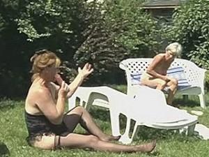 Oude lesbo snollen met hun dildo in de tuin