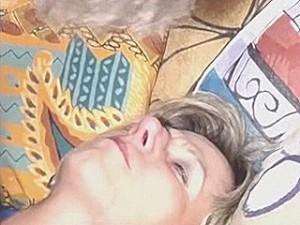 Vrouw vast gebonden in behandel stoel van gestoorde nep arts
