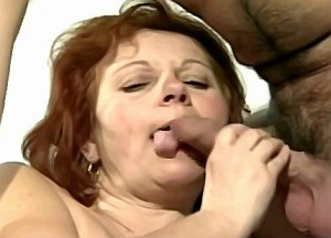 Kleinzoon verwend zijn oma haar behaarde uitgedroogde kut