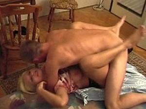 Babysitter krijgt tegen haar wil de jongeheer van huisvader in haar mossel