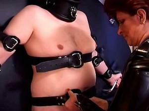 Harteloze meesteres bind haar slaaf aan het wiel