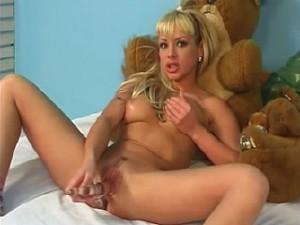 Sexy tiener meisje met grote doorzichtige dildo in haar scheur