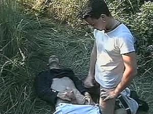 Schandknaap krijgt vlezige neukstaaf tegen zijn huig geramd