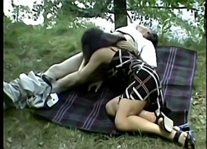 Vader dwingt dochter zijn stijve paal te pijpen tijdens boswandeling