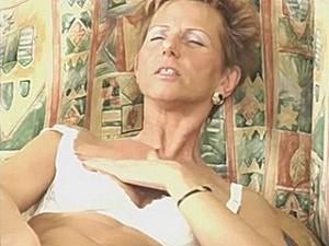 75 jarige snol vingert haar kut
