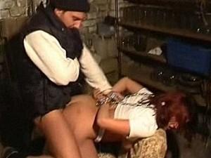 Bizarre psychopaat pompt zijn neuk staaf in meisje haar kontgaatje