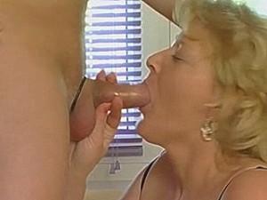 Hard gepijpte lul in oud wijf haar neukgrotje