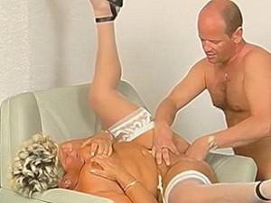 Nep dokter vuistneukt oude dame haar vagina