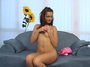 Hitsige tiener speelt met haar drijfnatte pruim